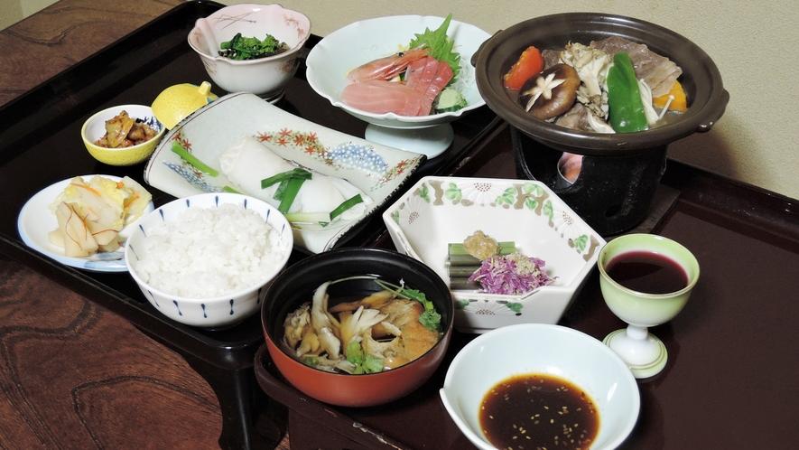 *夕食一例/県内産の食材や季節の山菜を取り入れた、身体に優しい味わいの、女将お手製の郷土料理です。