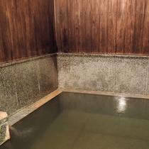 *無料貸切風呂(幸の湯)/自家源泉のみをかけ流しにしておりますので大浴場とは異なり無色透明な湯です。
