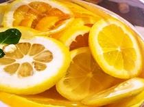 数種類のフルーツをブレンドしたみなと館自家製サングリア