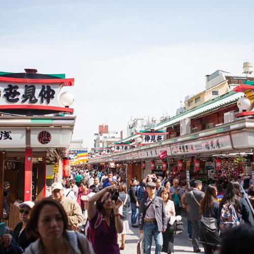 *【浅草観光】日本で最も古い商店街のひとつ「仲見世」!東西合計約90店舗&石畳がきれい!