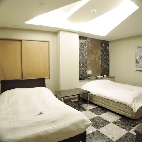 *ツインルーム一例/ダブルベッドを2台設置!体を伸ばして快適にお休みいただけます。