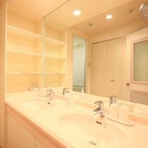 広くて明るい洗面室が各部屋に☆