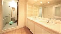 洗面台とお風呂は別タイプ。グループ旅行でも安心です!
