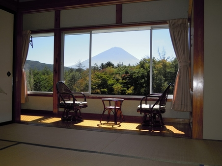 富士山と樹海の眺望が自慢の和室8部屋