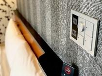 ベッド上・照明とコンセント2口
