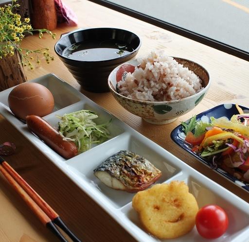 小学生以下向けの朝食。卵かけご飯、お味噌汁、サラダはビュッフェ形式でどうぞ♪