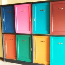 入口にはお部屋ごとのテーマカラーに合わせた下駄箱が。何色になるかな~♪