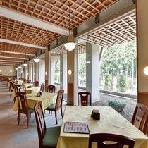 レストラン テーブル席は全席窓側となっております。