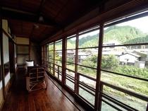 縁側から吉田川を眺める