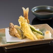 旨みを凝縮した鮎の天ぷら(鮎料理は夏季限定です)