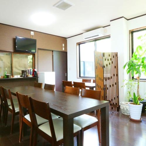 【館内】茶色を基調とした落ち着いた雰囲気の館内には所々にグリーンがあり、開放感のある空間となっており