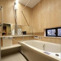 1階 バスルーム 窓から中庭が眺めます