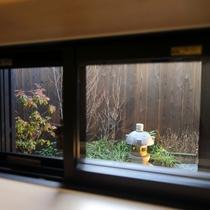 1階 バスルーム 窓から中庭が眺めます②