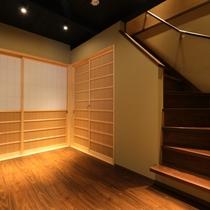 1階 ミニキッチンルーム から2階へ 床暖房付