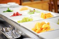 朝食風景・フルーツ、サラダ
