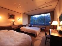 洋室 大きな窓からは箱根の森と山を望みます。お部屋にユニットバスがあります