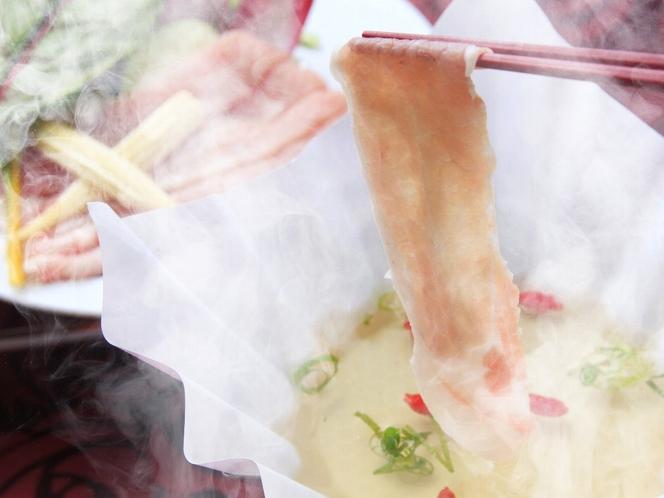 当館人気メニューの1つ、富士山麓豚のしゃぶしゃぶです。あつあつをお召し上がりください