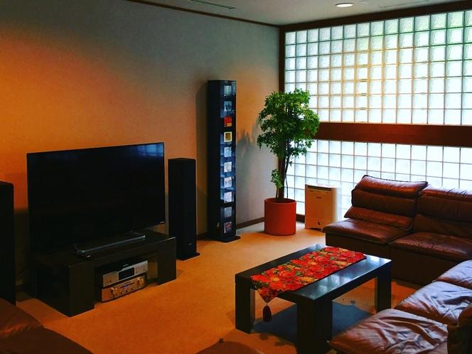 リフレッシュルーム 手前側は大画面テレビとオーデイオセット、奥側にはマッサージチェアがあります