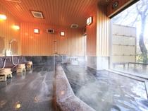 自家源泉かけ流しの本物の温泉が、4つの浴槽に常時注ぎ込みます。写真は風神の湯・内風呂