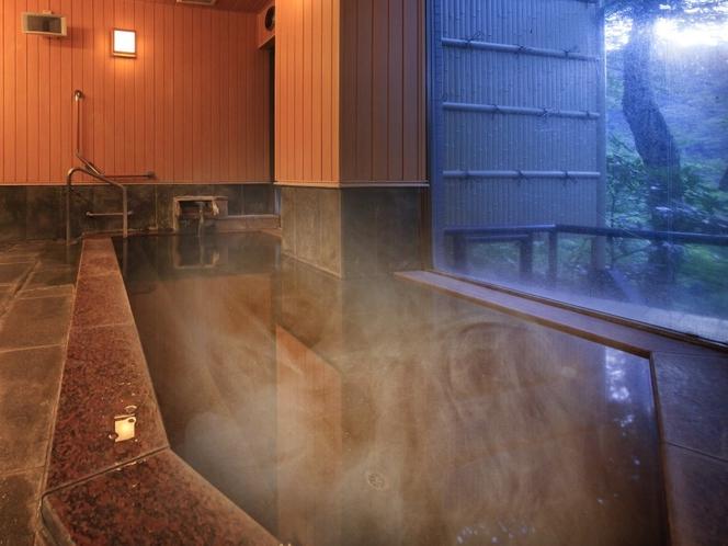自家源泉かけ流しの本物の温泉が、4つの浴槽に常時注ぎ込みます。写真は風神の湯・内風呂の夕景