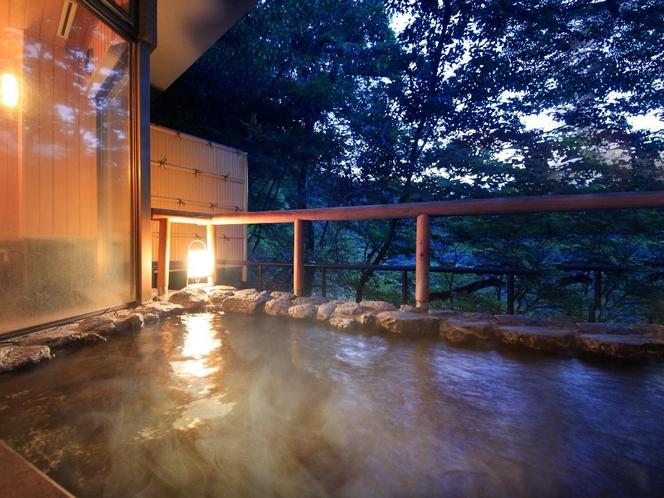 風神の湯・露天風呂の夕景 湯量豊富な「自家源泉」なので加温も加水も無しの天然温泉100%