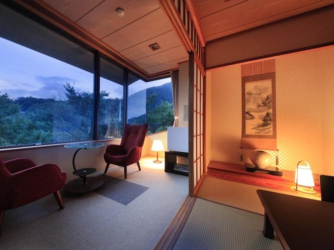 和室 早川のせせらぎの音も微かに聞こえ、秋には窓の外の紅葉も綺麗です