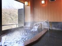 自家源泉かけ流しの本物の温泉が、4つの浴槽に常時注ぎ込みます。写真は雷神の湯・内風呂