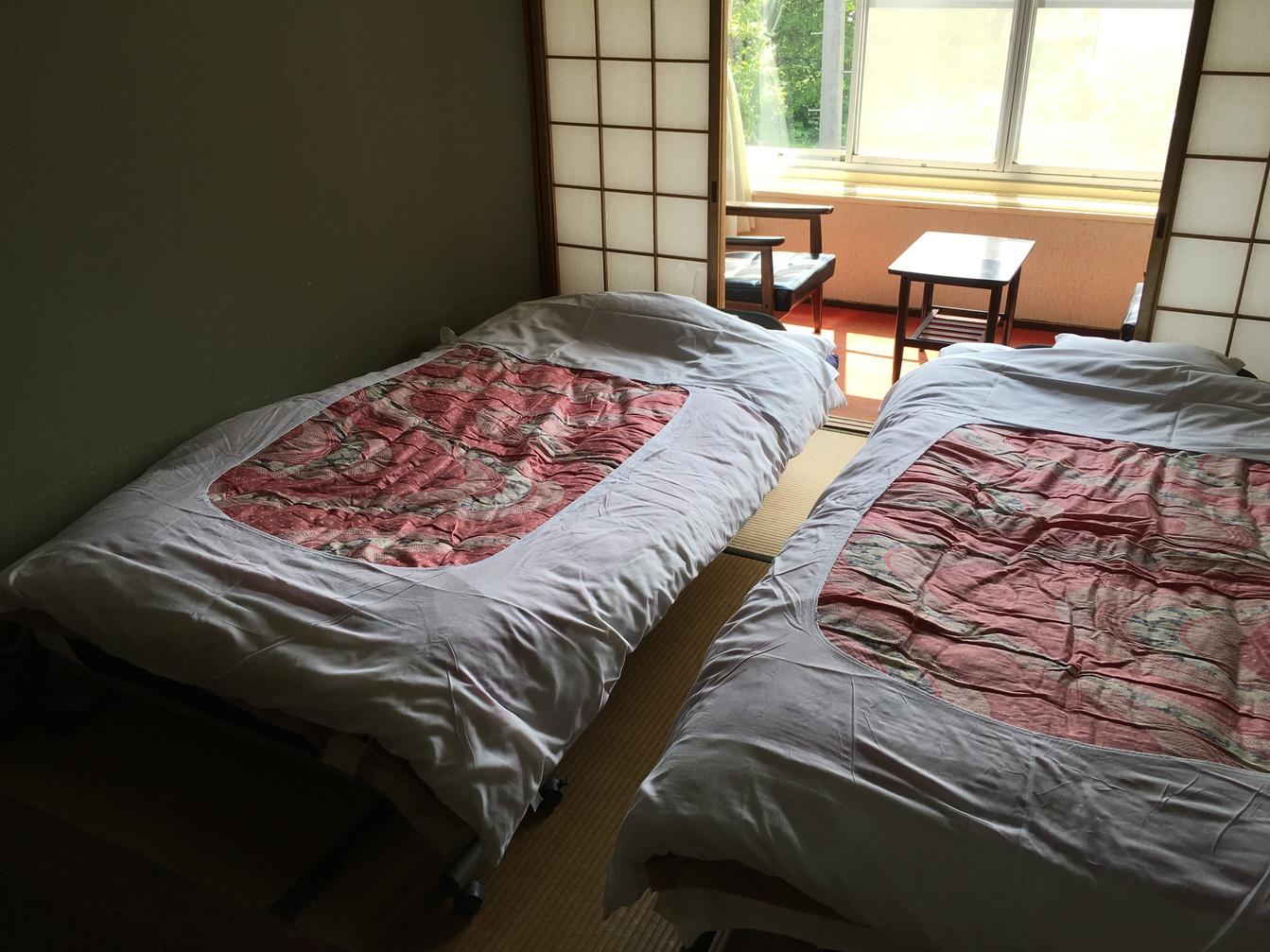 ツインルームを入口から望む201号室(エアコン付)