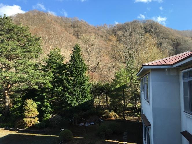 裏の山々は春には山桜が咲き乱れる景観となり、秋には紅葉に染まります。