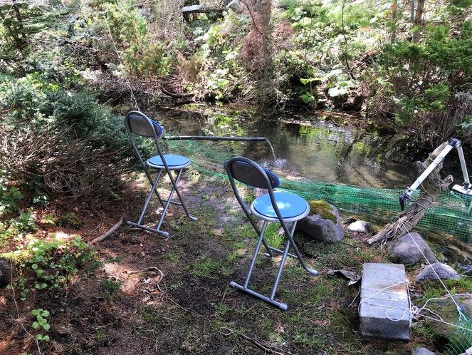 池を楽しむベンチ