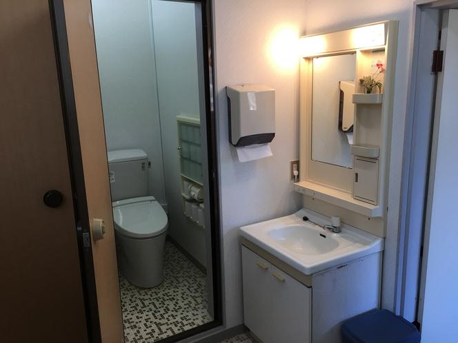 各階の男女トイレにシャワートイレ設置