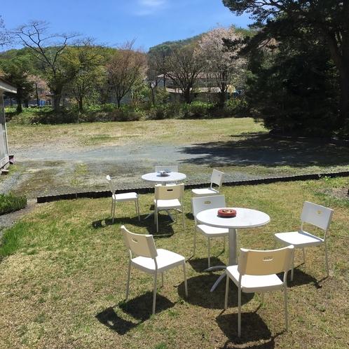 バーベキューは屋外が最高です。広い庭でみんなでワイワイ。