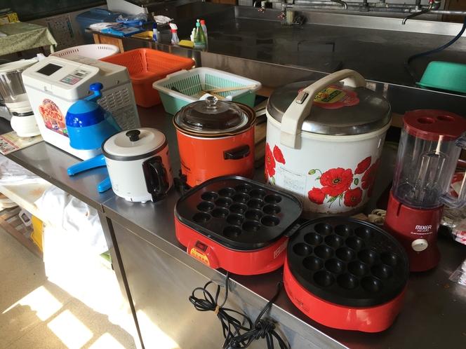 フリーキッチンには、ミキサー、シチュー鍋、ポップコーンマシン、パンのベーカリーマシン、かき氷製造機、
