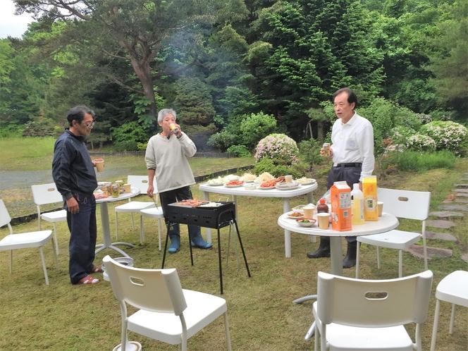 広い庭園ではバーベキューも出来ます。焼肉セットの貸出と食材販売も可能です。