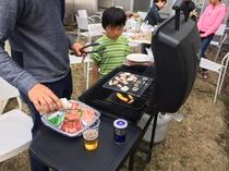 裏庭で家族で焼肉パーティ