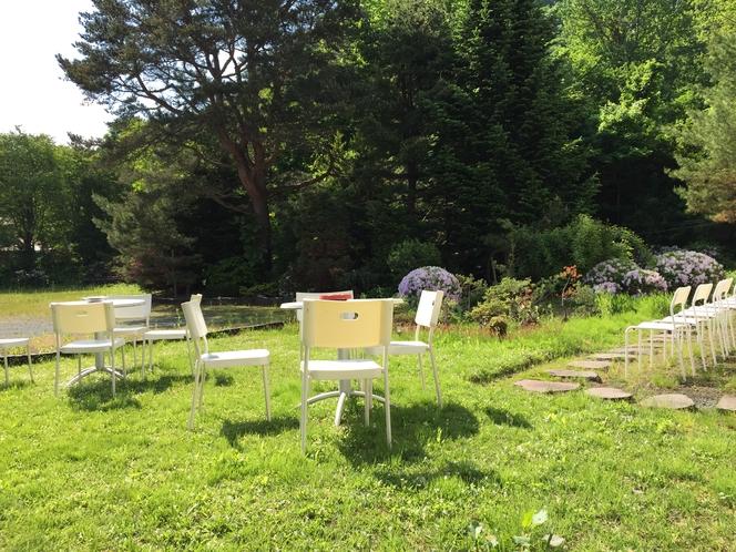 テラスや盆栽があり、この先は小さな池がある庭園