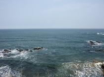 ホテル玄関前から見た海