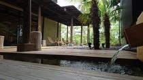 アジアン雰囲気漂う足湯 湯に浸りながら非日常的なひと時を・・・