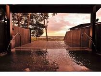 天空露天風呂(夕方) 昼と夜、違った風景をお楽しみいただけます。