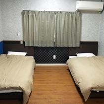【一棟貸切・戸建て(1〜3名)】ツインベッドタイプ。3名様の場合は布団をご用意いたします。