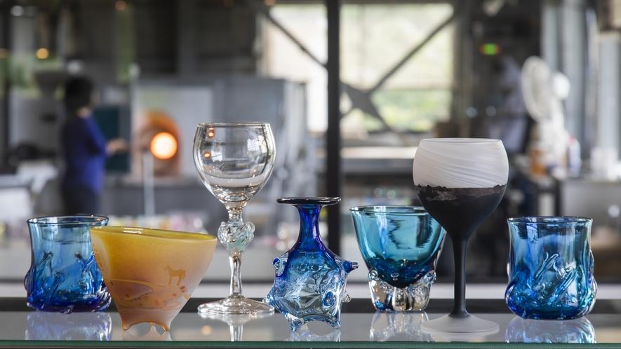海と山に囲まれた越前海岸近くにあるワタリグラススタジオはショップやテラスのある開かれた工房です