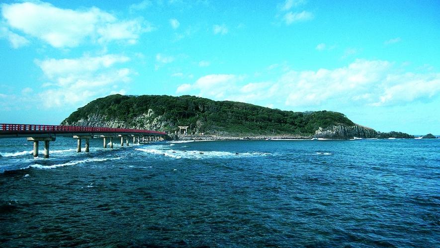 東尋坊の沖合にある無人島「雄島」までは全長224mの橋がつながっています