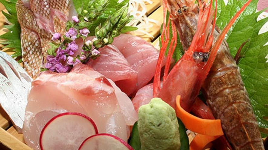 地元でとれた新鮮な旬魚のお造り