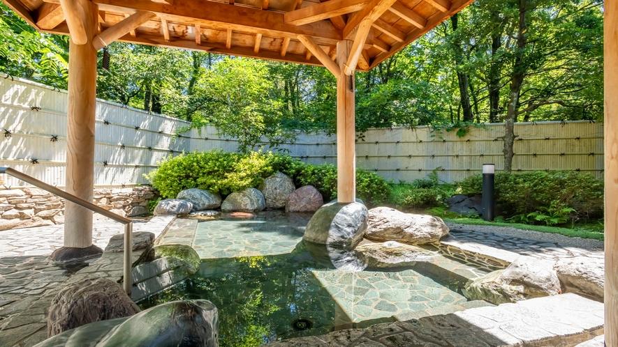 緑の木々に囲まれた露天風呂