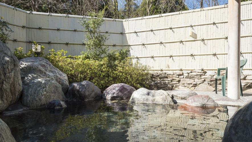 自然あふれる露天風呂は心地よくお過ごしいただけます