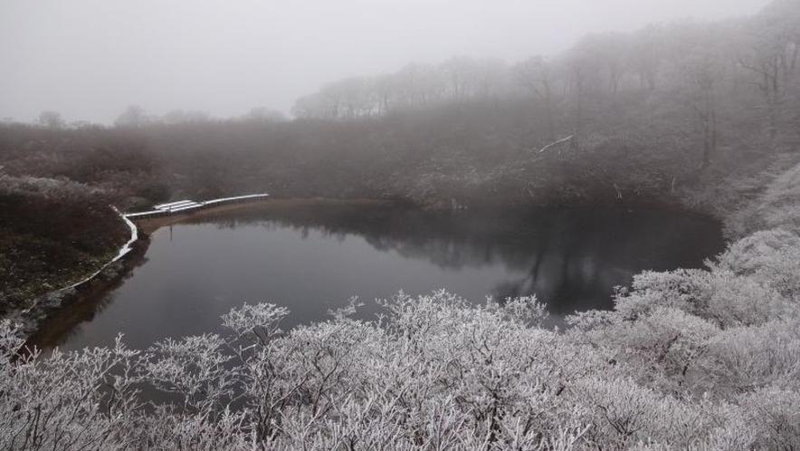 冬の夜叉ヶ池は幻想的で大変美しいです。