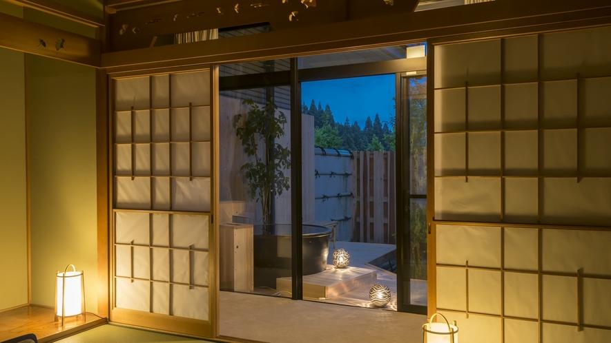 夕暮れ時の露天風呂付客室。心地よい空間です。