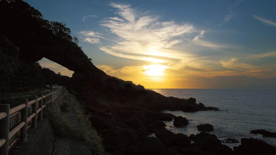 風と波の浸食により自然のトンネルが出来上がった越前海岸の呼鳥門(こちょうもん)