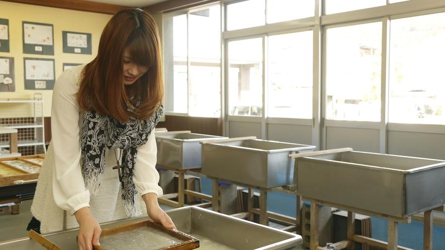 越前和紙の里では和紙作りを体験することができます