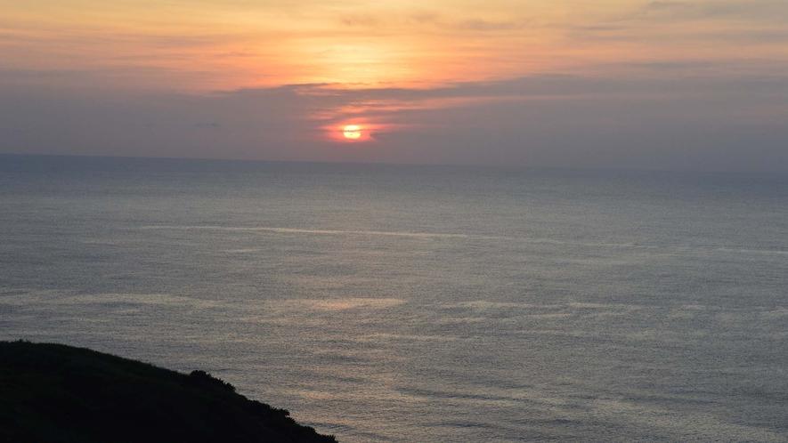 ・海に沈む夕日は、見る人を魅了する美しさがあります。